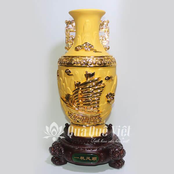 Bình Gốm Sứ Phong Thủy Màu Vàng và Xanh Ngọc, Đế Gỗ, Họa Tiết Thuận Buồm Xuôi Gió
